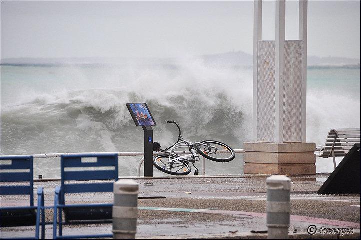 La côte d'azur sous la tempête Tempete_nice_prom04mai10_01
