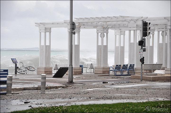 La côte d'azur sous la tempête Tempete_nice_prom04mai10_02