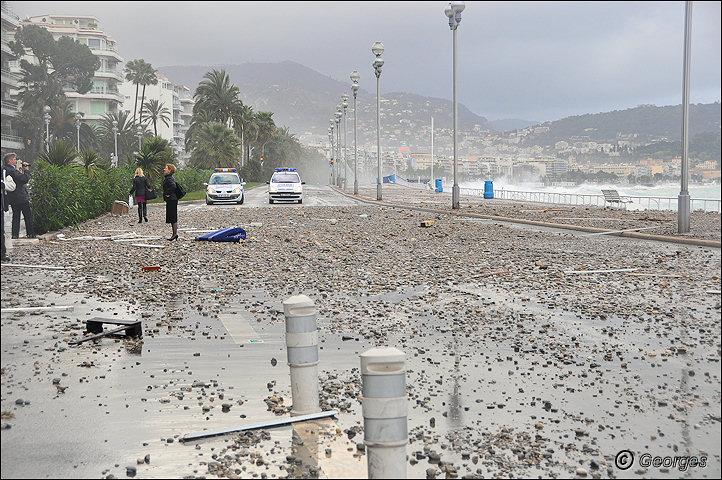 La côte d'azur sous la tempête Tempete_nice_prom04mai10_14